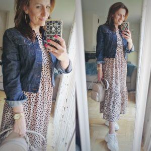 Zwiewna sługa sukienka, katana jeansowa i sneakersy
